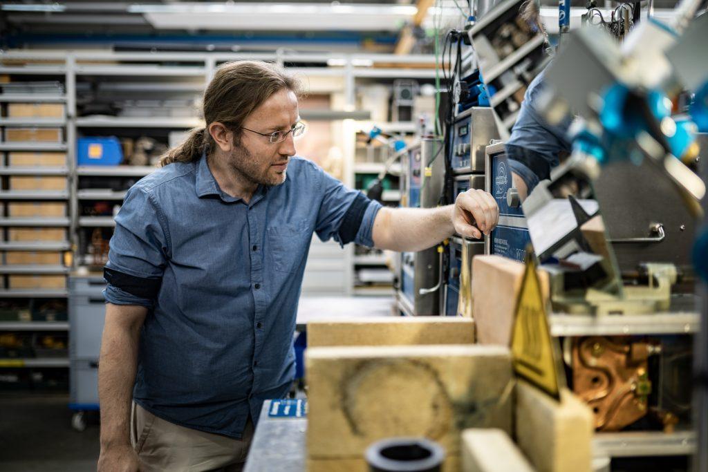 Entwickler schaut auf Umrichter im Labor