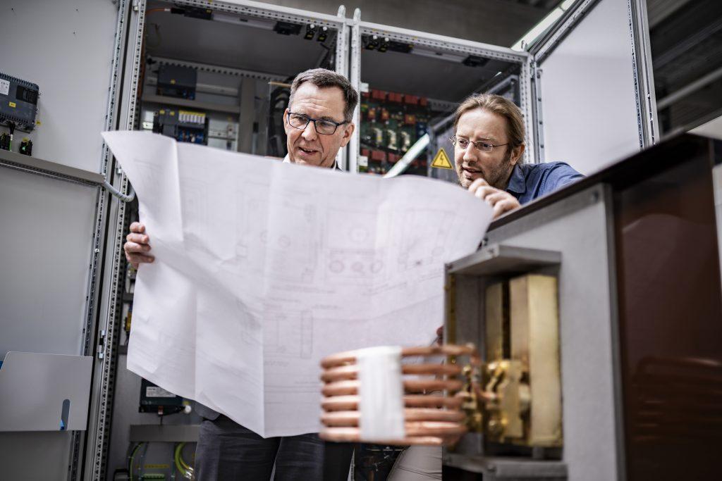 Zwei Entwickler über Plan gebeugt